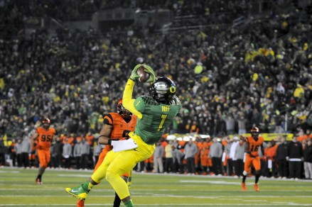 Josh Huff catches a TD pass for Oregon in the 2013 Civil War.